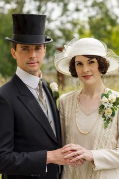 The Downton Abbey Movie Is Officially Filming! OK, now I want to know why Mary is wearing two wedding bands that don't match. Did she continue to wear the one she got from Matthew? Is that a thing? Downton Abbey Costumes, Downton Abbey Movie, Downton Abbey Fashion, Matthew Goode Downton Abbey, Lady Mary Crawley, Beau Film, Vestido Charleston, Mejores Series Tv, Dowager Countess