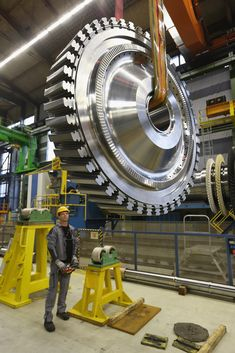 A worker with a disc for a gas turbine at the Siemens gas turbine plant. Steam Turbine, Turbine Engine, Industrial Machinery, Heavy Machinery, Heavy Construction Equipment, Heavy Equipment, Mechanical Engineering, Electrical Engineering, Cad Cam