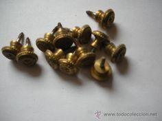 12 tiradores pequeños, diámetro 1,35 cm, fondo 1 cm, total fondo 2,3 cm, 11 €