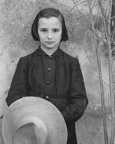 Paul Strand (New York, 16 ottobre 1890 – Orgeval, 31 marzo 1976): L'apprendista sarta, Luzzara 1953)