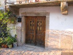 Una puerta en Segura del Toro, Norte de Cáceres, Extremadura, España.