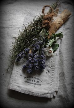 Lavender by Ana Rosa Lavender Cottage, Lavender Blue, Lavender Fields, Lavender Bouquet, Herb Bouquet, French Lavender, Roses Tumblr, Purple Home, Healing Herbs