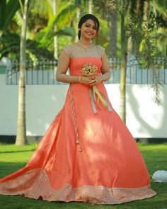 Improve How You Look With These Great Fashion Tips Kerala Engagement Dress, Engagement Dress For Bride, Engagement Gowns, Bride Reception Dresses, Top Wedding Dresses, Bride Gowns, Long Gown Dress, Frock Dress, Function Dresses