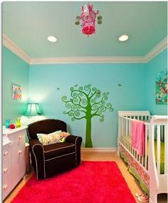 idee kinderzimmer gestaltung blaue Wand grüner baum
