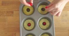 Ella pone piña en la forma de cupcakes y la voltea al revés. ¿El resultado? Esto va ser un éxito en mi casa.