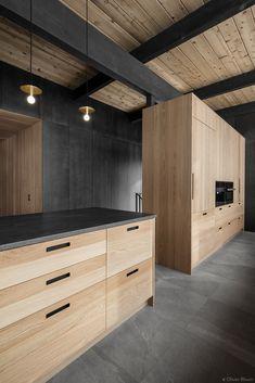 armoire-cuisine-chene -blanc-comptoir-noir-mur-de-pierre_03.jpg