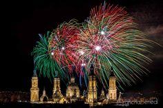 Fuegos artificiales sobre la Catedral-Basilica de Nuestra Señora del Pilar en las fiestas del Pilar de Zaragoza 2012, Aragon, España. Fotografia de Arancha Benedí.