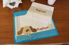 A hora do lanchinho vai ser muito mais bonita, organizada e divertida com esse kit de jogo americano + toalhinha de mão.  Próprio para levar para a escola e para a creche, para o almoço e o jantar em casa.  Feito em tecido 100% algodão, estruturado com manta especial, pode ser personalizado com a... Napkins, Patches, Tableware, Baby, Hand Towels, Embroidered Towels, Rugs, Boy's Day, Cats