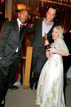 Jamie Foxx, Vince Vaughn, and Helen Mirren, with her Oscar for The Queen, 2007. Vince Vaughn, Helen Mirren, Oscar Party, Academy Awards, Oscars, Vanity Fair, Red Carpet, Dress Up, Hollywood