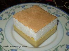 Tvarohový koláč - krémeš Tvarohová plnka: 500g jemný krémový tvaroh (nie hrudkový) 6 žĺtkov 500ml mlieka 3 vanilkové pudingy (3x37g) 100ml olej práškový cukor podľa chuti Bielkový sneh : 6 bielkov 6 lyžíc kopcom práškového cukru