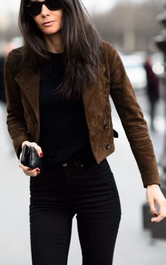 Barbara Martello Camel Suede Jacket On Black Fall Streetstyle Inspo by Mode d& Leather Vest Outfit, Brown Jacket Outfit, Black Shirt Outfits, Brown Suede Jacket, Jean Jacket Outfits, Brown Jeans, Outfits Mujer, Outfits Damen, Western Outfits