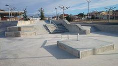 Santa Bárbara skatepark (¡¡Ojo!! en Tarragona, no nos confundamos con California  ) es pequeño pero tiene bastantes cosas. Está construido con cemento pulido y destaca por los acabados y losmódulos de street que tiene, aunque un poco demasiado juntos Backyard Skatepark, Skate Park, Outdoor Furniture, Outdoor Decor, California, Sun Lounger, Card Boards, Exterior, Patio