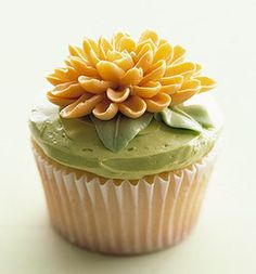 chrysanthemum cupcake... saw this in Martha Stewart Living a long time ago and still want to try to make this!