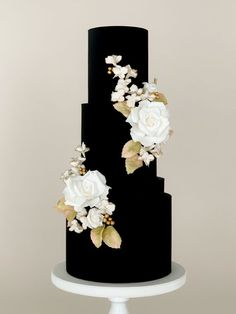 This elegant and chic black wedding cake created by Butter & Bodoni is adorned with white sugar roses, golden berries, gilded sugar florals, and pastel-dusted rose leaves. White And Gold Wedding Cake, Pretty Wedding Cakes, Black Wedding Cakes, Wedding Cake Designs, Pretty Cakes, Beautiful Cakes, Gateaux Cake, Cake Decorating Techniques, Cake Art