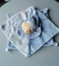 Doudou double carré bleu bleu ciel ours col bonnet broderies Baby Nat TBE