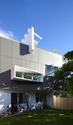 Small Street House / BASE Architecture - Location: Brisbane, Queensland, Australia #architeture #arquitetura #pin_it @mundodascasas See more here: www.mundodascasas.com.br