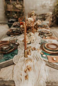 Backyard Hollywood Wedding Inspiration with Modern Retro Vibes - My Website 2020 Casual Wedding, Wedding Dinner, Boho Wedding, Wedding Table, Rustic Wedding, Dream Wedding, Reception Table Decorations, Decoration Table, Earth Tone Wedding