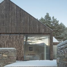 An apparently modest house in a fairytale location by a lake in Scotland Haysom Ward Miller Architects? Lochside House was recently named RIBA House of the Year Style At Home, Grand Designs Houses, Larch Cladding, House Names, Roof Architecture, Modern Barn, Contemporary Barn, House In The Woods, Modern House Design