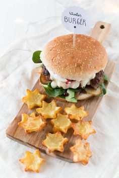 Winterlicher Burger mit Stern Pommes BBQ in winter – Christmas burgers with onion chutney and star chips Barbacoa, Bbq Burger, Best Homemade Burgers, Healthy Burger Recipes, Winter Girl, Beste Burger, Chips, Tasty, Yummy Food