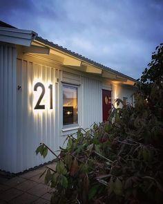 """Nina ⭐️ på Instagram: """"Mitt hem är min borg 🖤 ——— Ännu ett av våra projekt här hemma! Så sjukt nöjda med resultatet av fasadsiffrorna med LED-belysning från…"""""""