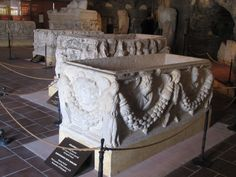Sarcophagus with Garland - Roman Period - Third quarter of 2nd century AD. - Hierapolis Archeology Museum