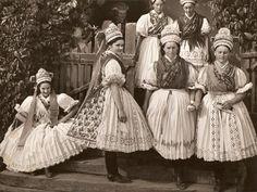 Komáromy Klára (balról a második) a kazári népviseletet megörökítő fotón.
