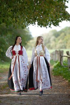 Culture Clothing, Folk Clothing, Folk Fashion, Ethnic Fashion, Authentic Costumes, Costumes Around The World, Dirndl Dress, Medieval Dress, Folk Costume