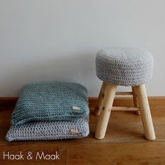 Haak & Maak: Hip gehaakte kruk - gratis patroon voor de hoes om het krukje van Action/Xenos. Crochet Home, Love Crochet, Diy Crochet, Knitting Projects, Crochet Projects, Crochet Furniture, Stool Covers, Floor Pouf, Knit Pillow