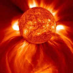 O Sol, nossa estrela que nos alimenta com energia. Nossas estrelas mãe há muito se extinguiram como cigarras que explodem espalhando pelo Universo a matéria que nos constitui...