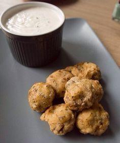 Champignons in bierbeslag, lekker met wat knoflooksaus! Als voorgerecht of als borrelhapje - foodaholic.nl