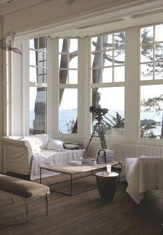 Grandes baies vitrées dans le salon face à la mer. Plus de photos sur Côté Maison http://petitlien.fr/7lik