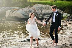 Brudepar på strand Strand, Lace Skirt, Wedding Dresses, Skirts, Fashion, Bride Dresses, Moda, Bridal Gowns, Skirt