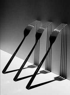 Photographie N&B, fourchette, ombres portées, contraste moyen.