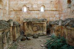 Ciudades muertas (Siria). Al-Bara. Tumba de techo piramidal. El interior con tres sarcófagos cristianos con sendos crismones en relieve.