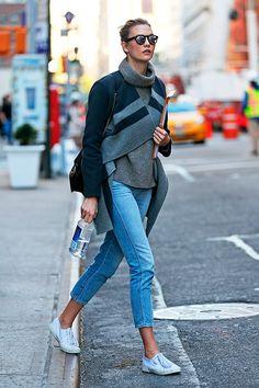 Street style de Karlie Kloss em Nova York usando jeans e tênis branco