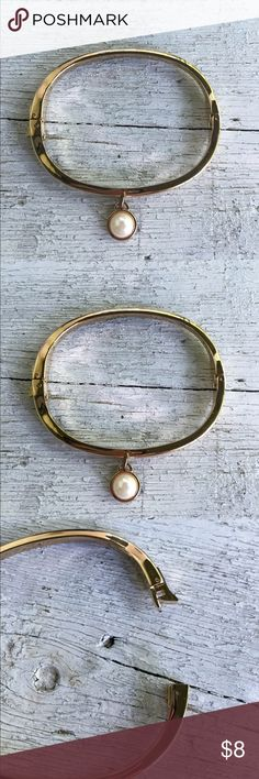 Gold tone bracelet Pearl dangle Gold tone bracelet with dangling Pearl charm.  Great condition Jewelry Bracelets