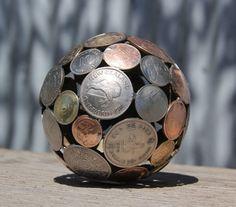 Художник превращает старые монеты и ключи в произведения искусства. Шар из монет