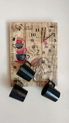 Door Cups and Clock in rustic wood with stencil work and hangers in metal for . Pallet Crafts, Pallet Art, Diy Wood Projects, Wood Crafts, Clock Painting, Painting On Wood, Relaxing Art, Coffee Bar Home, Diy Clock