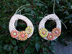 Velikonoční vajíčka Keramická dekorace velikonoční, do zahrady i do interiéru. Na pověšení, na dveře, na větvičku, na okno, za pomlázku.... dále dle vaší fantazie. +-10,5*8 cm. Cena je za jeden kus. Salt Dough Crafts, Homemade Clay, Ceramic Flowers, Clay Art, Clay Jewelry, Easter Crafts, Creative Art, Decoupage, Polymer Clay