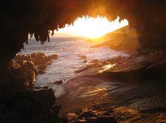 Le coucher de soleil à Admiral's Arch, sur Kangaroo Island, en Australie du Sud, est à ne pas manquer. Si vous visitez au bon moment, vous pourriez voir le soleil s'aligner parfaitement avec l'arche. Sans oublier les phoques qui jouent au loin et les paysages qui entourent l'endroit, qui sont à couper le souffle.
