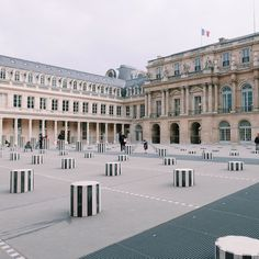 Terrain de jeu parisien.   Parisian playground.