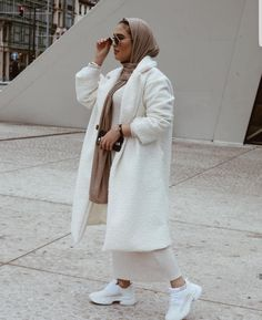 18 Inspiring White Outfit Ideas With Hijab For Winter – Zahrah Rose – Hijab Fashion 2020 Modern Hijab Fashion, Street Hijab Fashion, Hijab Fashion Inspiration, Islamic Fashion, Muslim Fashion, Blazer Outfits Casual, Casual Hijab Outfit, White Outfits, Stylish Hijab