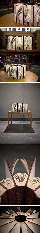 Between est une installation de l'artiste Math Monahan qui vise à explorer l'immobilité dans l'espace. En utilisant un système de livres tressés, il tente de créer une structure qui possède toute sa puissance lorsque l'installation crée un lien entre le livre universitaire et l'objet d'art.