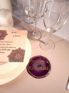 Fiolet to wyjątkowy kolor. Bardzo eleganckie winietki z Agatu.  I love that color! Violet is so elegant. Violet place card. Teak, Alcoholic Drinks, Place Cards, Place Card Holders, Wine, Glass, Drinkware, Corning Glass, Liquor Drinks