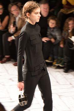 Viktor & Rolf 2013 Fall/Winter show tijdens de Paris Fashion Week. In zwart en wit, vol vergankelijkheid. Ultra mini rokjes, veel strikken. #PFW If you're interested in trends have a look at our trend briefings: http://trendbubbles.nl/ #trendwatching