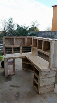 Creative Home Furnishings with Used Shipping Pallets: Have you been wondering around where to make the use of the free used shipping pallets for your home furniture projects? Used shipping pallets. Pallet Furniture Office, Pallet Desk, Recycled Furniture, Furniture Projects, Diy Furniture, Wood Office Desk, Wood Desk, Wood Wood, Texas Home Decor