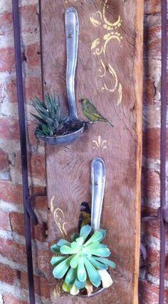 Sabe aquelas conchas de cozinha? Penduradas em uma madeira com arranjos de flores, elas podem se tornar uma linda peça decorativa.