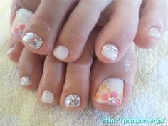 Foot nail you paint a summery flower    夏らしいお花をペイントしたフットネイル