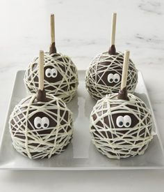 These Mummy Chocolate Candy Apples at Williams Sonoma are so adorable for Halloween! Chocolat Halloween, Halloween Candy Apples, Halloween Themed Food, Halloween Desserts, Halloween Treats, Halloween Pretzels, Halloween Bingo, Halloween Plates, Halloween Foods