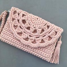 Clutch Pattern Crochet T Shirts Crochet Clutch T Shirt Yarn Merino Wool Blanket Jute Amigurumi Handmade Bags Crochet Purses Crochet Wool, Diy Crochet, Crochet Handbags, Crochet Purses, Crochet Designs, Crochet Patterns, Crochet Clutch Pattern, Beautiful Crochet, Handmade Bags